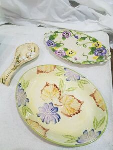 2 Platers and Spoon Rest