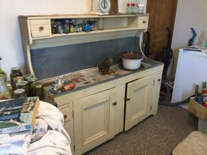Dry sink 60x19x55  No contents!